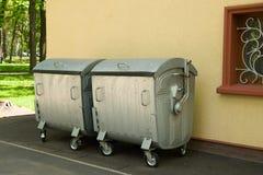 Διάφορα εμπορευματοκιβώτια των απορριμμάτων σε μια περιοχή ασφάλτου Στοκ Εικόνες