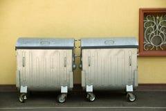 Διάφορα εμπορευματοκιβώτια των απορριμμάτων σε μια περιοχή ασφάλτου Στοκ Εικόνα