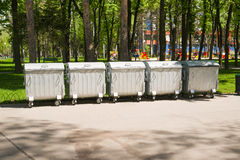 Διάφορα εμπορευματοκιβώτια των απορριμμάτων σε μια περιοχή ασφάλτου Στοκ εικόνες με δικαίωμα ελεύθερης χρήσης