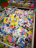 Διάφορα εμπορικά σήματα των προϊόντων μωρών στην επίδειξη ενώ έχοντας τις προωθήσεις στα επιλεγμένα στοιχεία στην υπεραγορά καισί στοκ φωτογραφίες