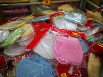 Διάφορα εμπορικά σήματα των προϊόντων μωρών στην επίδειξη ενώ έχοντας τις προωθήσεις στα επιλεγμένα στοιχεία στην υπεραγορά καισί στοκ φωτογραφίες με δικαίωμα ελεύθερης χρήσης