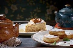 Διάφορα επιδόρπια, επιδόρπιο κέικ τυριών, napoleon κέικ, κατσαρόλα με το τσάι Στοκ Εικόνα