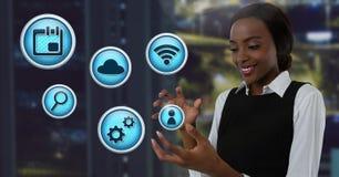 Διάφορα επιχειρησιακό app εικονίδια και επιχειρηματίας με την παλάμη χεριών ανοικτή στο γραφείο πόλεων τη νύχτα Στοκ Εικόνες