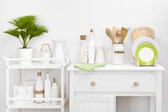 Διάφορα εργαλεία και εργαλεία κουζινών με τα κομψά εκλεκτής ποιότητας άσπρα έπιπλα Στοκ Φωτογραφίες