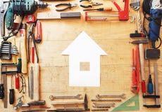 Διάφορα εργαλεία σε έναν πίνακα με ένα διαμορφωμένο σπίτι έγγραφο Στοκ φωτογραφία με δικαίωμα ελεύθερης χρήσης