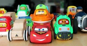 Διάφορα ευθυγραμμισμένα αυτοκίνητα παιχνιδιών για τα παιδιά απόθεμα βίντεο