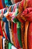 Διάφορα ζωηρόχρωμα μαντίλι που κρεμούν στην οδό bazaar Στοκ Εικόνες