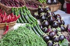 Διάφορα ζωηρόχρωμα φρέσκα λαχανικά στην αγορά φρούτων, Κατάνια, Σικελία, Ιταλία στοκ εικόνα με δικαίωμα ελεύθερης χρήσης
