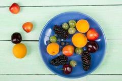 Διάφορα θερινά φρέσκα μούρα σε ένα κύπελλο στον αγροτικό ξύλινο πίνακα Αντιοξειδωτικοοι, detox διατροφή, οργανικά φρούτα Τοπ όψη Στοκ φωτογραφία με δικαίωμα ελεύθερης χρήσης