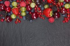 Διάφορα θερινά φρέσκα μούρα σε ένα κύπελλο στον αγροτικό ξύλινο πίνακα Αντιοξειδωτικοοι, detox διατροφή, οργανικά φρούτα r στοκ εικόνες