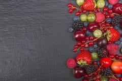 Διάφορα θερινά φρέσκα μούρα σε ένα κύπελλο στον αγροτικό ξύλινο πίνακα Αντιοξειδωτικοοι, detox διατροφή, οργανικά φρούτα r στοκ φωτογραφίες με δικαίωμα ελεύθερης χρήσης