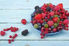 Διάφορα θερινά φρέσκα μούρα σε ένα κύπελλο στον αγροτικό ξύλινο πίνακα Αντιοξειδωτικοοι, detox διατροφή, οργανικά φρούτα στοκ εικόνα με δικαίωμα ελεύθερης χρήσης