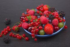 Διάφορα θερινά φρέσκα μούρα σε ένα κύπελλο στον αγροτικό ξύλινο πίνακα Αντιοξειδωτικοοι, detox διατροφή, οργανικά φρούτα στοκ εικόνες με δικαίωμα ελεύθερης χρήσης