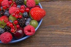 Διάφορα θερινά φρέσκα μούρα σε ένα κύπελλο στον αγροτικό ξύλινο πίνακα Αντιοξειδωτικοοι, detox διατροφή, οργανικά φρούτα _ Στοκ φωτογραφία με δικαίωμα ελεύθερης χρήσης