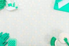 Διάφορα καθαρίζοντας εργαλεία και κεραμίδι στοκ εικόνες