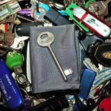 διάφορα κλειδιά των διαφορετικών τύπων και των μεγεθών με ένα κλειδί στο κέντρο στοκ εικόνα με δικαίωμα ελεύθερης χρήσης