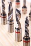 Διάφορα κομμάτια τρυπανιών μορφών για το ξύλο στην ξύλινη στάση Κινηματογράφηση σε πρώτο πλάνο Στοκ φωτογραφία με δικαίωμα ελεύθερης χρήσης