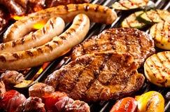 Διάφορα κρέατα και λαχανικά στην καυτή σχάρα Στοκ Φωτογραφίες