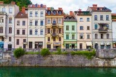 Διάφορα κτήρια στο Λουμπλιάνα κατά μήκος του ποταμού στοκ εικόνες με δικαίωμα ελεύθερης χρήσης