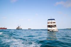 Διάφορα μικρότερα σκάφη έξω από Galapagos τα νησιά Στοκ εικόνες με δικαίωμα ελεύθερης χρήσης