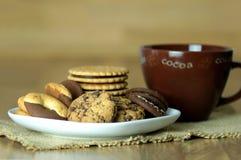 Διάφορα μπισκότα τύπων γλυκού και καυτό κακάο Ξύλινη ανασκόπηση Κλείστε επάνω την όψη Στοκ εικόνα με δικαίωμα ελεύθερης χρήσης