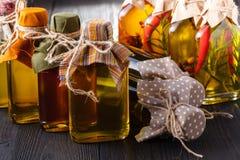 Διάφορα μπουκάλια των χορταριών και των καρυκευμάτων, που συντηρούνται στο κόκκινο και κίτρινα Στοκ φωτογραφία με δικαίωμα ελεύθερης χρήσης