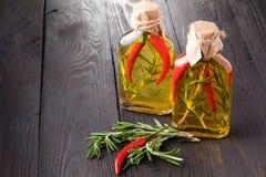 Διάφορα μπουκάλια των χορταριών και των καρυκευμάτων, που συντηρούνται στο κόκκινο και κίτρινα Στοκ Εικόνα