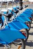 Διάφορα ποδήλατα πόλεων νοικιάζονται στον ελλιμενισμό των σταθμών Στοκ φωτογραφία με δικαίωμα ελεύθερης χρήσης