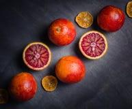 Διάφορα πορτοκάλια του πορτοκαλιού και του κοκκίνου σε ένα μαύρο υπόβαθρο Σχέδιο Minimalistic Στοκ εικόνες με δικαίωμα ελεύθερης χρήσης