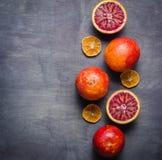 Διάφορα πορτοκάλια του πορτοκαλιού και του κοκκίνου σε ένα μαύρο υπόβαθρο Σχέδιο Minimalistic Στοκ Φωτογραφία