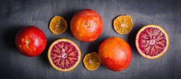 Διάφορα πορτοκάλια του πορτοκαλιού και του κοκκίνου σε ένα μαύρο υπόβαθρο Σχέδιο Minimalistic Στοκ φωτογραφία με δικαίωμα ελεύθερης χρήσης