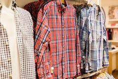 Διάφορα πουκάμισα στο κατάστημα ενδυμάτων ατόμων στη λεωφόρο αγορών για την πώληση Στοκ φωτογραφία με δικαίωμα ελεύθερης χρήσης