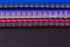Διάφορα πολύχρωμα σημειωματάρια σε μια σπείρα στοκ φωτογραφία με δικαίωμα ελεύθερης χρήσης