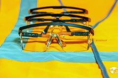 Διάφορα προστατευτικά γυαλιά σε ένα πορτοκαλί γιλέκο με τις αντανακλαστικές λουρίδες στοκ εικόνες
