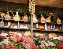 Διάφορα προϊόντα κρέατος στην αγορά τροφίμων, θέμα τροφίμων Στοκ Φωτογραφίες
