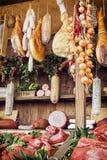 Διάφορα προϊόντα κρέατος στην αγορά τροφίμων, θέμα τροφίμων Στοκ Εικόνες