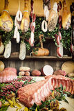Διάφορα προϊόντα κρέατος στην αγορά τροφίμων Στοκ εικόνα με δικαίωμα ελεύθερης χρήσης