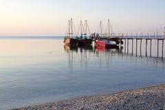 Διάφορα σκάφη αναψυχής στην αποβάθρα Στοκ εικόνες με δικαίωμα ελεύθερης χρήσης