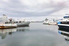 Διάφορα σκάφη στο λιμάνι πόλεων του Ρέικιαβικ το φθινόπωρο Στοκ φωτογραφίες με δικαίωμα ελεύθερης χρήσης