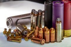 Διάφορα σφαίρες και κοχύλια για τα διάφορα πυροβόλα όπλα, με ένα πυροβόλο όπλο Στοκ φωτογραφία με δικαίωμα ελεύθερης χρήσης