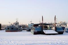 Διάφορα τεχνικά σκάφη ποταμών κατά τη διάρκεια της διαχείμασης στα τέλματα Στοκ εικόνα με δικαίωμα ελεύθερης χρήσης