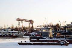 Διάφορα τεχνικά σκάφη ποταμών κατά τη διάρκεια της διαχείμασης στα τέλματα Στοκ φωτογραφία με δικαίωμα ελεύθερης χρήσης