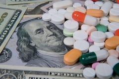 Διάφορα φάρμακα στο αμερικανικό δολάριο Το αυξανόμενο κόστος της υγειονομικής περίθαλψης στοκ εικόνα