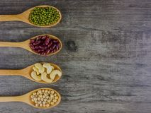 Διάφορα φασόλια στον ξύλινο πίνακα Στοκ φωτογραφία με δικαίωμα ελεύθερης χρήσης