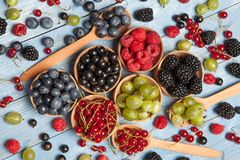 Διάφορα φρέσκα θερινά μούρα Τοπ όψη Μούρα επιδορπίων τροφίμων χρώματος φρούτων μιγμάτων μούρων Αντιοξειδωτικοοι, detox διατροφή,  Στοκ Φωτογραφίες