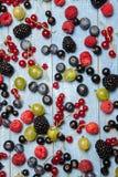 Διάφορα φρέσκα θερινά μούρα Τοπ όψη Μούρα επιδορπίων τροφίμων χρώματος φρούτων μιγμάτων μούρων Αντιοξειδωτικοοι, detox διατροφή,  Στοκ φωτογραφία με δικαίωμα ελεύθερης χρήσης