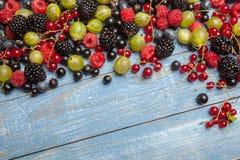 Διάφορα φρέσκα θερινά μούρα Τοπ όψη Μούρα επιδορπίων τροφίμων χρώματος φρούτων μιγμάτων μούρων Αντιοξειδωτικοοι, detox διατροφή,  Στοκ εικόνα με δικαίωμα ελεύθερης χρήσης