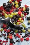 Διάφορα φρέσκα θερινά μούρα Τοπ όψη Μούρα επιδορπίων τροφίμων χρώματος φρούτων μιγμάτων μούρων Αντιοξειδωτικοοι, detox διατροφή,  Στοκ Εικόνες