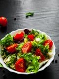 Διάφορα φρέσκα φύλλα σαλάτας μιγμάτων με την ντομάτα στο κύπελλο Στοκ φωτογραφία με δικαίωμα ελεύθερης χρήσης