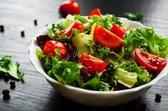 Διάφορα φρέσκα φύλλα σαλάτας μιγμάτων με την ντομάτα στο κύπελλο Στοκ Εικόνα